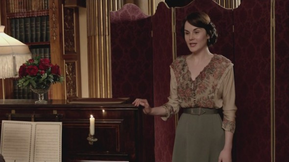 Mary singing © Downton Online